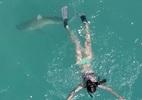 10 clip nóng: Khoảnh khắc cá mập áp sát cô gái trên biển