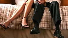 Sinh nhật chồng, vợ bận công tác cùng sếp trong khách sạn