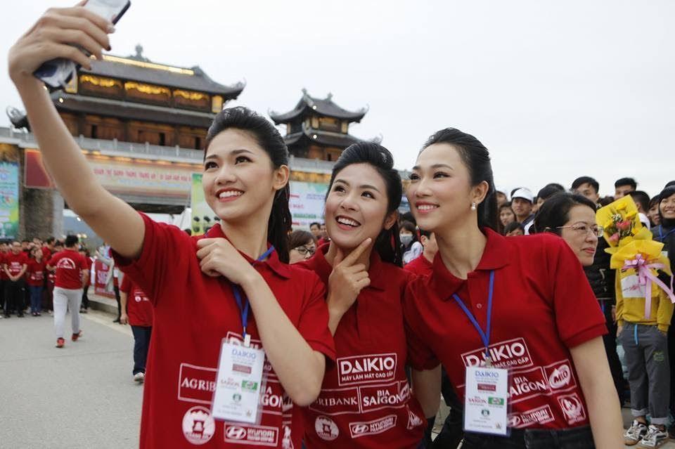 Hoa hậu Ngọc Hân, Á hậu Thanh Tú hồn nhiên 'selfie' tại giải Việt dã báo Tiền Phong