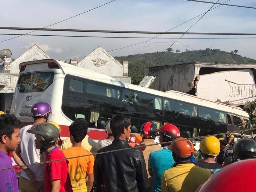 Xe Thành Bưởi tông xe Phương Trang, 2 người chết
