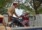 Vợ bóp cổ công an để chồng lấy xe máy bị tạm giữ