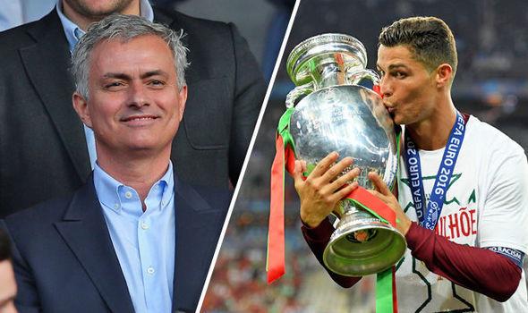 Mourinho muối mặt xin lỗi Ronaldo, MU ăn quả đắng