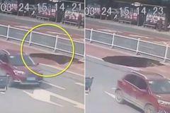 'Hố tử thần' suýt nuốt chửng xe buýt chở 21 khách