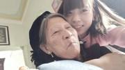 Hình ảnh cảm động của cô sinh viên mồ côi và người bà 75 tuổi