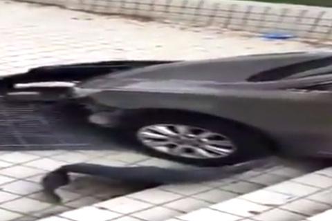 Tài xế cố lùi lên bậc thang khiến ô tô vỡ toang