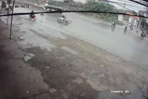 Cô gái gây tai nạn, thản nhiên bỏ mặc nạn nhân bất tỉnh trên đường mưa