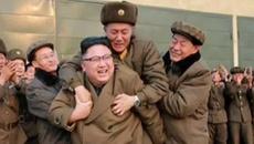 Sự thật sau bức ảnh Kim Jong Un cõng người bí ẩn