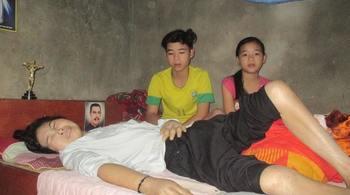 Mồ côi cha, cô bé 12 tuổi quét chợ chăm mẹ liệt giường