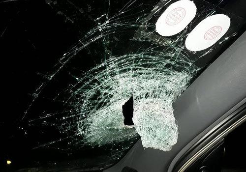 Ô tô bị ném vỡ kính trên cao tốc, nửa viên gạch bay vào trong xe