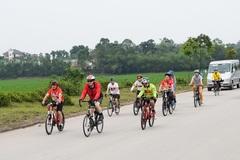 Đại sứ Mỹ đạp xe, dâng hương tại Đền Hùng