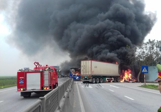 Xe khách, xe container bốc cháy ngùn ngụt sau cú tông mạnh