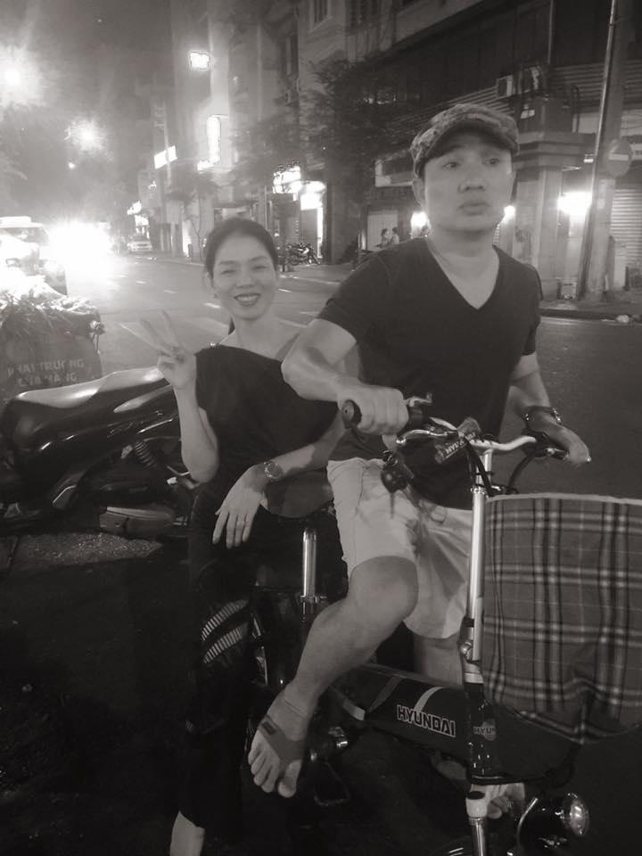Quang Linh đi xe đạp chở Lệ Quyên vô tư múa hát ngoài đường