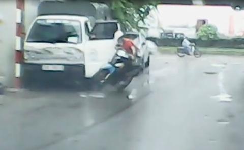 Ô tô tải mở cửa khiến xe máy ngã văng