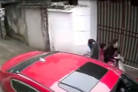 Mở cửa ôtô bất cẩn làm cả nhà đi xe máy ngã sấp mặt