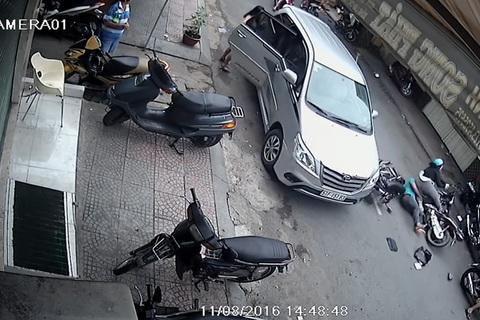 Mở cửa ô tô không quan sát khiến hai xe máy tông nhau