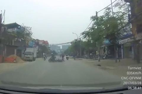 Lái xe bằng 1 tay, cô gái trẻ nhận ngay kết quả buồn