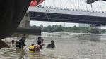 Người nhái lặn tìm bé trái mất tích dưới sông Sài Gòn