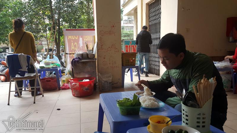 dẹp vỉa hè, quán ăn chui gầm cầu thang