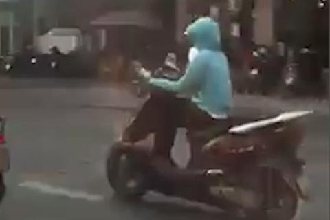 Cô gái đi xe máy với dáng ngồi bá đạo