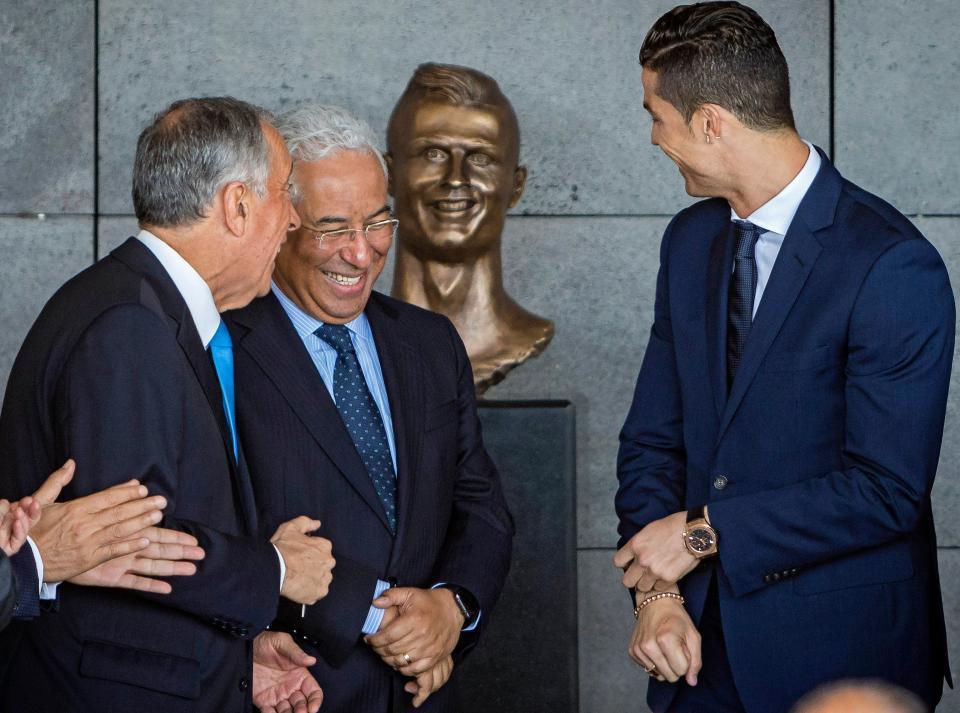 Ronaldo bị tạc tượng xấu xí trong ngày vinh danh