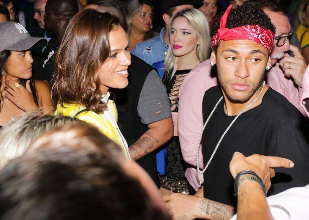 Neymar 'ăn chơi hết nấc' với bồ yêu