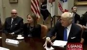 Vì sao ông Trump luôn tay sắp xếp đồ vật trước mặt?