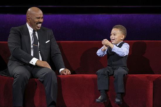 Cậu bé 5 tuổi khiến MC thán phục, hàng trăm người hát theo