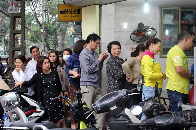 Người Hà Nội xếp hàng dài mua bánh trôi ăn Tết Hàn Thực