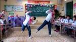 """Học sinh tiểu học nhảy """"bống bống bang bang"""" chia tay cô giáo"""