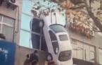 Khó tin: Ô tô bay vèo, dựng đứng trên bờ tường tầng 2