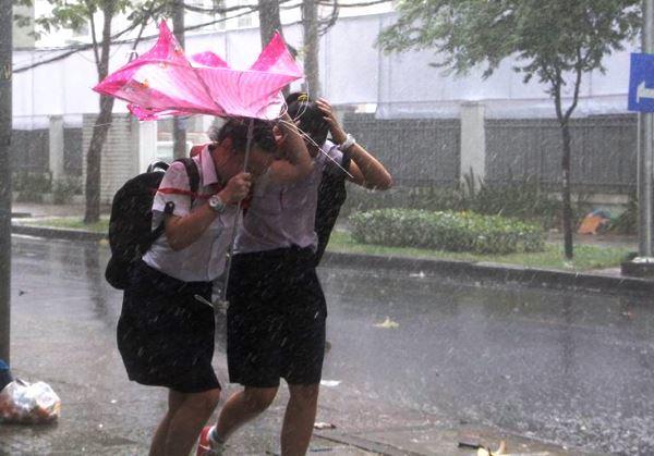 TPHCM, mưa lớn, mưa trái mùa, trung tâm Sài Gòn mưa lớn, mưa lớn kèm theo lốc giật mạnh,