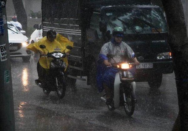 Mưa lớn kèm lốc giữa trung tâm Sài Gòn