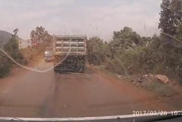 Xe tải chặn đầu xe cứu thương không cho vượt