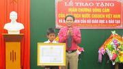 Học sinh lớp 5 được trao Huân chương Dũng cảm của Chủ tịch nước