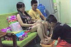 Bé trai 6 tuổi rửa chân cho bố mẹ trong ngày sinh nhật