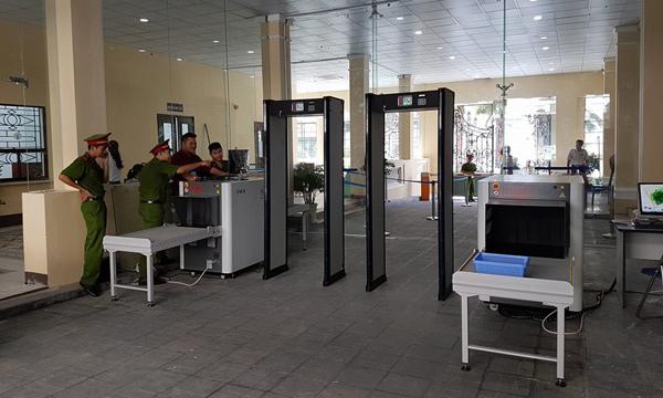 Vào trụ sở UBND TP kiểm tra an ninh như sân bay