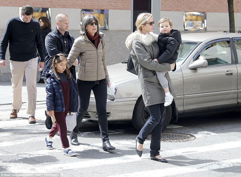 Ivanka Trump đưa con về thăm bố mẹ chồng
