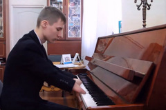Chàng trai cụt hai bàn tay đánh piano cực hay hút dân mạng