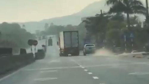 Xe container lạng lách, chèn ép xe CSGT