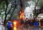 Hà Nội: Lửa bao trùm cột điện trong mưa lớn