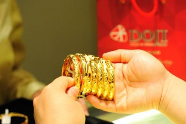 Giá vàng hôm nay 1/4: Đảo chiều giảm giá mạnh