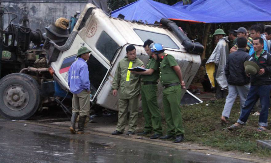 3 chú cháu đi xem tai nạn, bị xe tải đâm tử vong