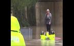 Xe lao xuống nước, cô gái bắt lính cứu hỏa cõng vào bờ