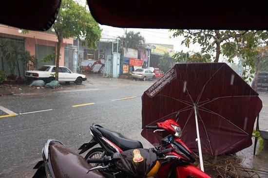 Người Sài Gòn lội nước trong cơn mưa trái mùa kèm sấm sét