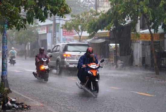 Khoảng 14h chiều 1/4, nhiều nơi trên địa bàn TPHCM như quận Thủ Đức, 2, 9, Bình Thạnh, Gò Vấp, quận 12...xuất hiện mưa trái mùa nặng hạt.
