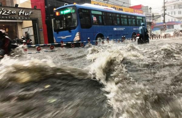 Khu vực phía Đông TPHCM như Thủ Đức, quận 2, quận 9 mưa như trút nước khiến hàng loạt tuyến đường như Tô Ngọc Vân, Võ Văn Ngân, Phạm Văn Đồng, xa lộ Hà Nội, Lê Văn Việt... chìm trong biển nước.