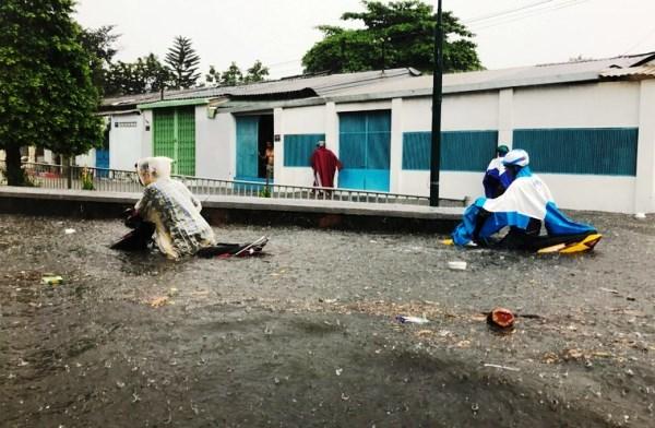 Tuyến đường Tô Ngọc Vân (ngay nút giao giữa đường sắt và đường bộ), giáp giữa 2 phường Linh Đông và Linh Tây (quận Thủ Đức), nước ngập sâu gần 1m khiến giao thông qua khu vực này hoàn toàn bị tê liệt.