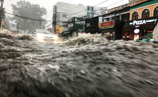 Đường Võ Văn Ngân, nước mưa từ trên dốc cuồn cuộn đổ xuống khiến nhiều xe máy bị ngã, cuốn trôi. May mắn người bị nạn được người dân ứng cứu.