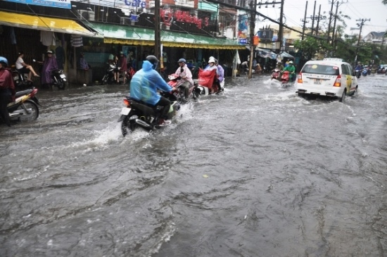 Đường Phan Huy Ích đoạn qua địa bàn quận Gò Vấp ngập lênh láng nước
