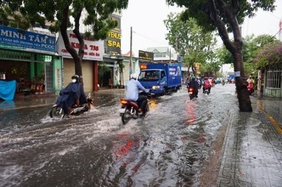 Mưa trái mùa kỷ lục ở Sài Gòn, ngập lút yên xe máy